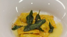 RECEPT TÝDNE: Ravioli s ricottou, špenátem a šalvějovým máslem