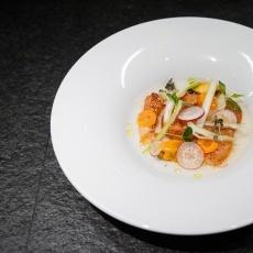 Carpaccio z humra s čirou tomatovou vodou, křupavou zeleninou a mušlemi